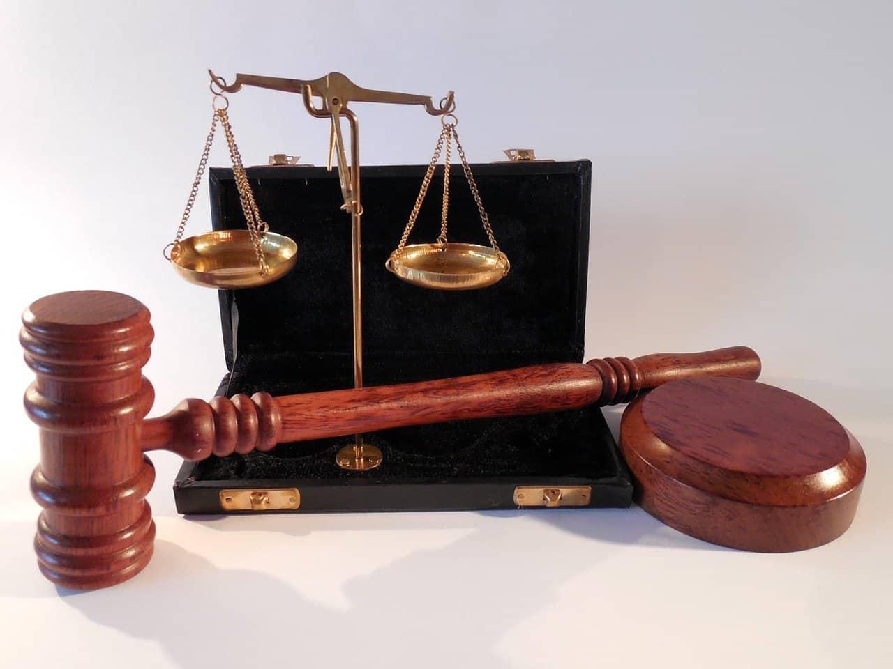 Photo d'un marteau d'un juge et d'une balance